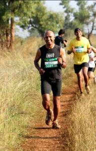 KC Kothandapani (foreground) and Thomas Bobby Philip (yellow T-shirt at the back) at the 2011 Bengaluru Ultra (Photo: courtesy Thomas Bobby Philip)
