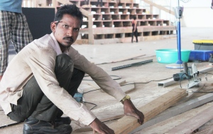 A wall gets ready: Raju, the carpenter who has worked on almost all the competition walls Girivihar built. (Photo: courtesy Pravin Shinde)